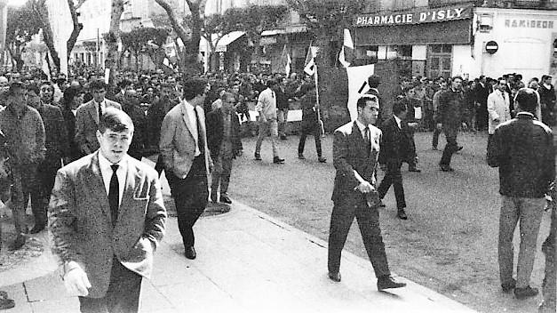 1962 03 26a le défilé pacifique s'ébranle